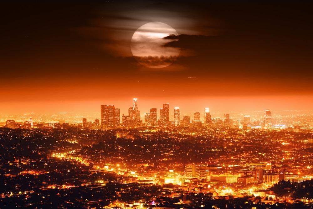 Luna Plina deasupra oraselor lumii: 16 Imagini de vis urban, care iti taie respiratia: Luna dramatica si peisaj urban de vis deasupra orasului Los Angeles