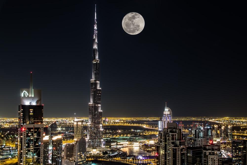 Luna Plina deasupra oraselor lumii: 16 Imagini de vis urban, care iti taie respiratia: Dubai-ul noaptea are un farmec aparte scaldat in luminile zgarie-norilor si ale lunii pline