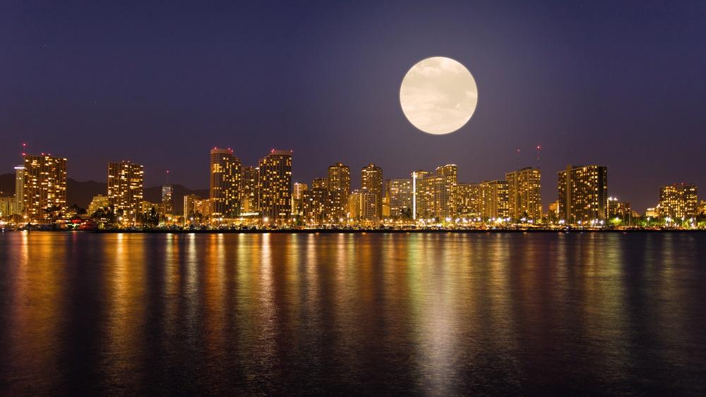 Luna Plina deasupra oraselor lumii: 16 Imagini de vis urban, care iti taie respiratia: Bine ati venit in Honolulu, capitala statului Hawaii! Va intampina o Super luna plina