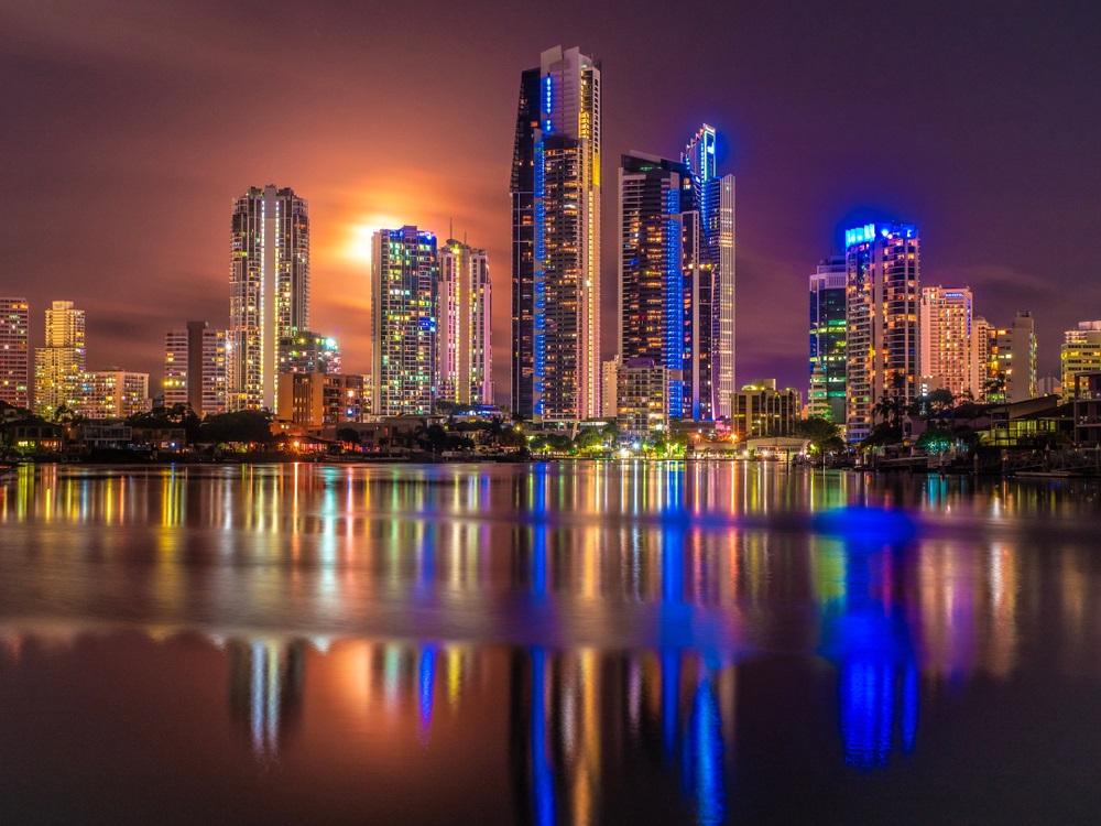 Luna Plina deasupra oraselor lumii: 16 Imagini de vis urban, care iti taie respiratia: Luna plina care se inalta deasupra orasului Gold Coast (Australia) si a raului Nerang