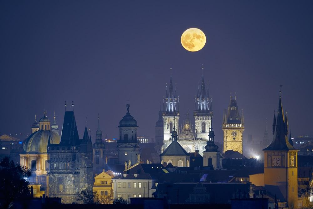 Luna Plina deasupra oraselor lumii: 16 Imagini de vis urban, care iti taie respiratia: Imagine care surprinde Praga noaptea, cu una dintre cele mai mari luni pline din ultimii 68 de ani.
