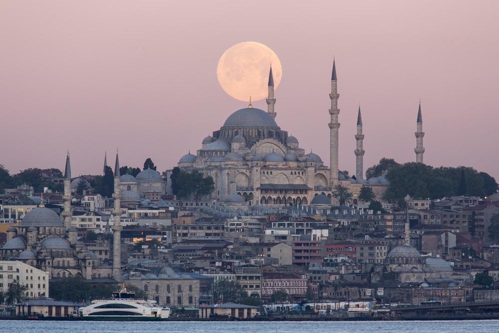 Luna Plina deasupra oraselor lumii: 16 Imagini de vis urban, care iti taie respiratia: Moscheea Suleymaniye este superba oricum, dar sa surprinzi si o gigantica luna plina chiar deasupra ei, aproape ca ai obtinut fotografia perfecta!