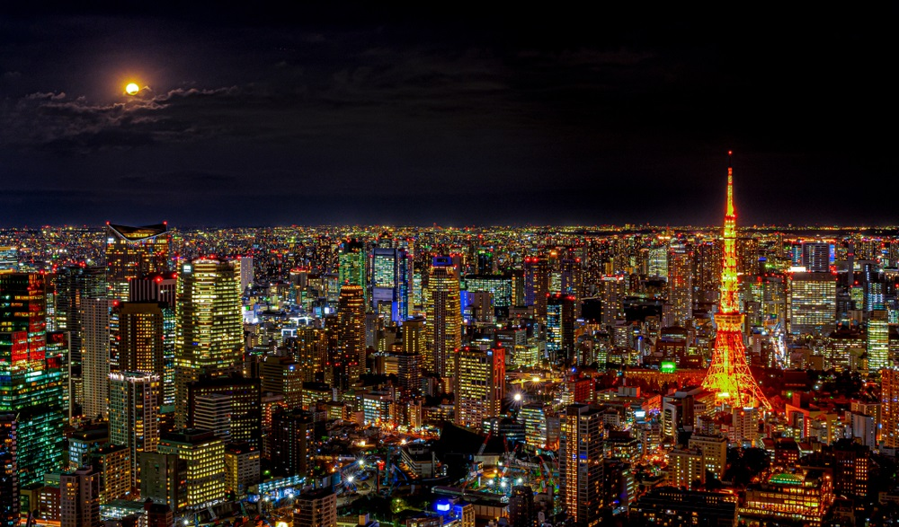 Luna Plina deasupra oraselor lumii: 16 Imagini de vis urban, care iti taie respiratia: Vedere panoramica asupra orasului Tokyo (Japonia) intr-o noapte cu luna plina
