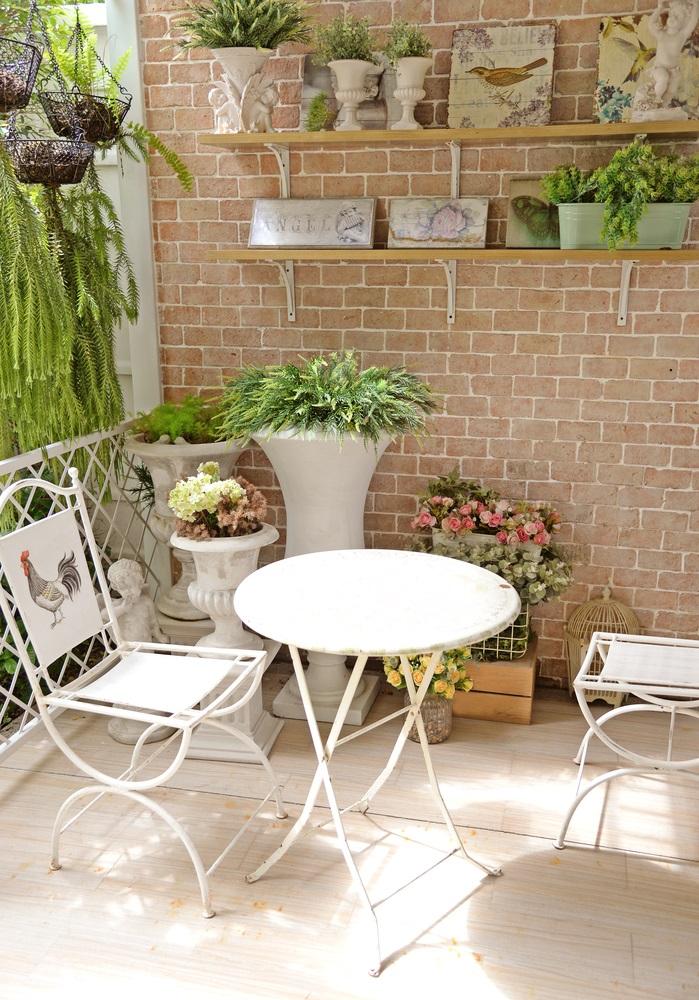 Balconul, oaza zilnica de relaxare. 16 Idei ca sa aduci natura pe balconul tau: Rafturi pe perete pe care se odihnesc linistite ghivece cu plante de apartament