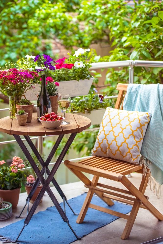 Balconul, oaza zilnica de relaxare. 16 Idei ca sa aduci natura pe balconul tau: Jardiniere cu petunii, azalee si panselute sau orice fel de flori gingase va doriti