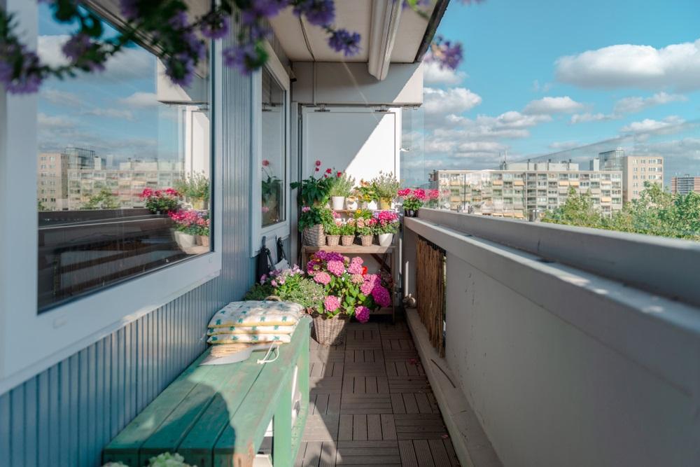 Balconul, oaza zilnica de relaxare. 16 Idei ca sa aduci natura pe balconul tau: Masuta-suport pentru flori