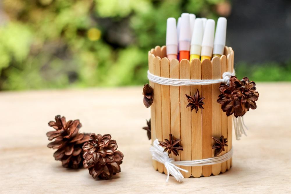 Proiecte pentru acasa: 15 Idei Inteligente de a realiza obiecte creative din Materiale Reciclabile: Suport de pixuri si creioane din cutie de conserva si bete de inghetata