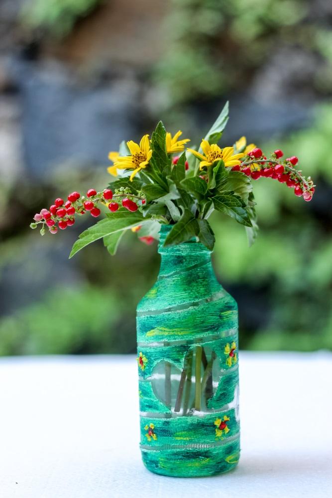Proiecte pentru acasa: 15 Idei Inteligente de a realiza obiecte creative din Materiale Reciclabile: Vaza de flori confectionata dintr-o sticla de apa pictata manual