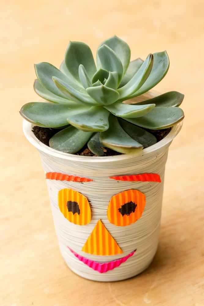 Proiecte pentru acasa: 15 Idei Inteligente de a realiza obiecte creative din Materiale Reciclabile: Ghiveci de plante realizat dintr-o cutie de iaurt si decorat cu hartie colorata kokoru