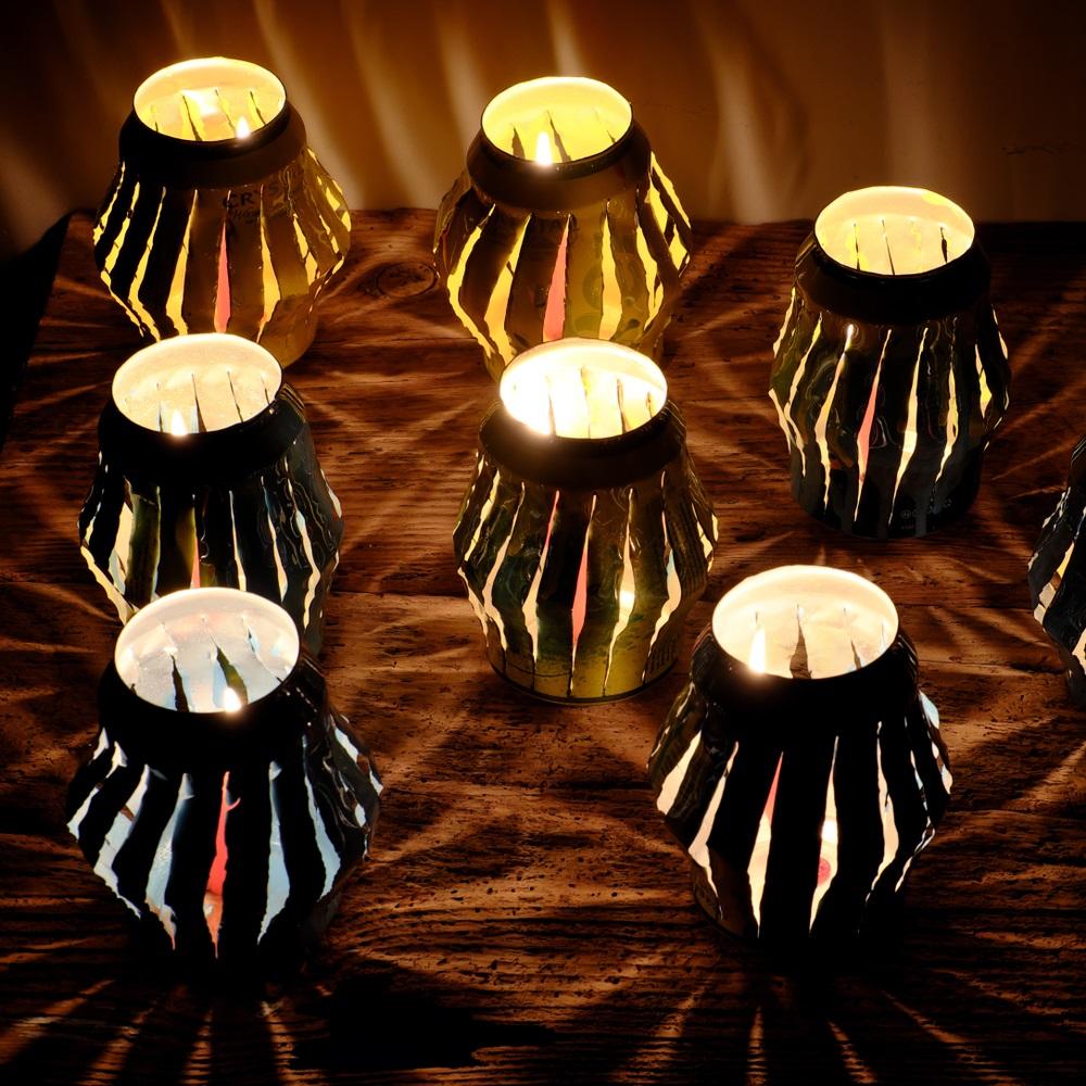 Proiecte pentru acasa: 15 Idei Inteligente de a realiza obiecte creative din Materiale Reciclabile: Lumina se rasfrange minunat din aceste felinare (cu lumanari) facute manual din conserve de bere