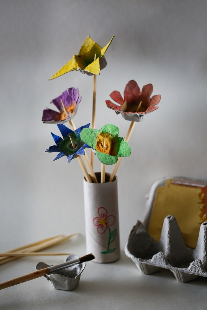 Proiecte pentru acasa: 15 Idei Inteligente de a realiza obiecte creative din Materiale Reciclabile: Vaza cu flori pe care o puteti realiza impreuna cu cei mici dintr-o cutie de oua. Distractiv, nu? Veti stimula creativitatea copiilor cu aceasta activitate de taiere si pictare a cartonului.