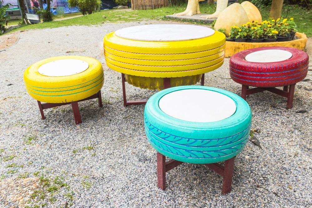 Proiecte pentru acasa: 15 Idei Inteligente de a realiza obiecte creative din Materiale Reciclabile: Masa Tacerii cu masa si scaune realizate din cauciu folosit si colorat