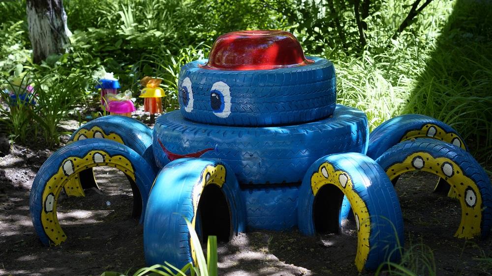 Proiecte pentru acasa: 15 Idei Inteligente de a realiza obiecte creative din Materiale Reciclabile: Parcul de distractii pentru copii: caracatita din cauciucuri reconditionate si vopsite in culori vesele