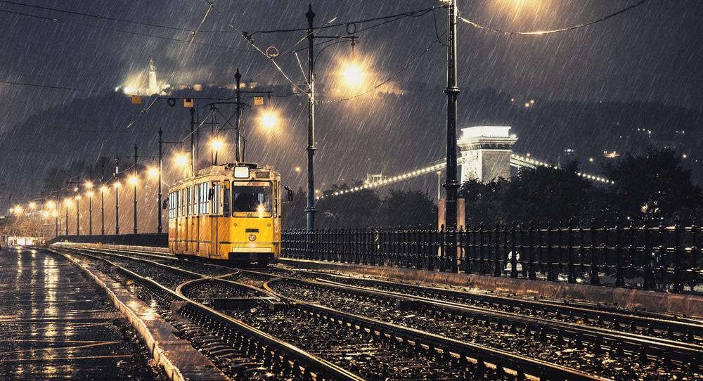 Ploua noaptea in oras: 16 Imagini nocturne feerice cu ploaia si luminile orasului: Du-ma acasa, tu tramvai, intr-o noapte fara Rai...