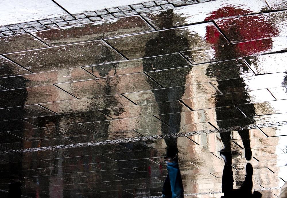 Ploua noaptea in oras: 16 Imagini nocturne feerice cu ploaia si luminile orasului: Plimbare in ploaie: Umbre ale unui cuplu reflectate in asfalt