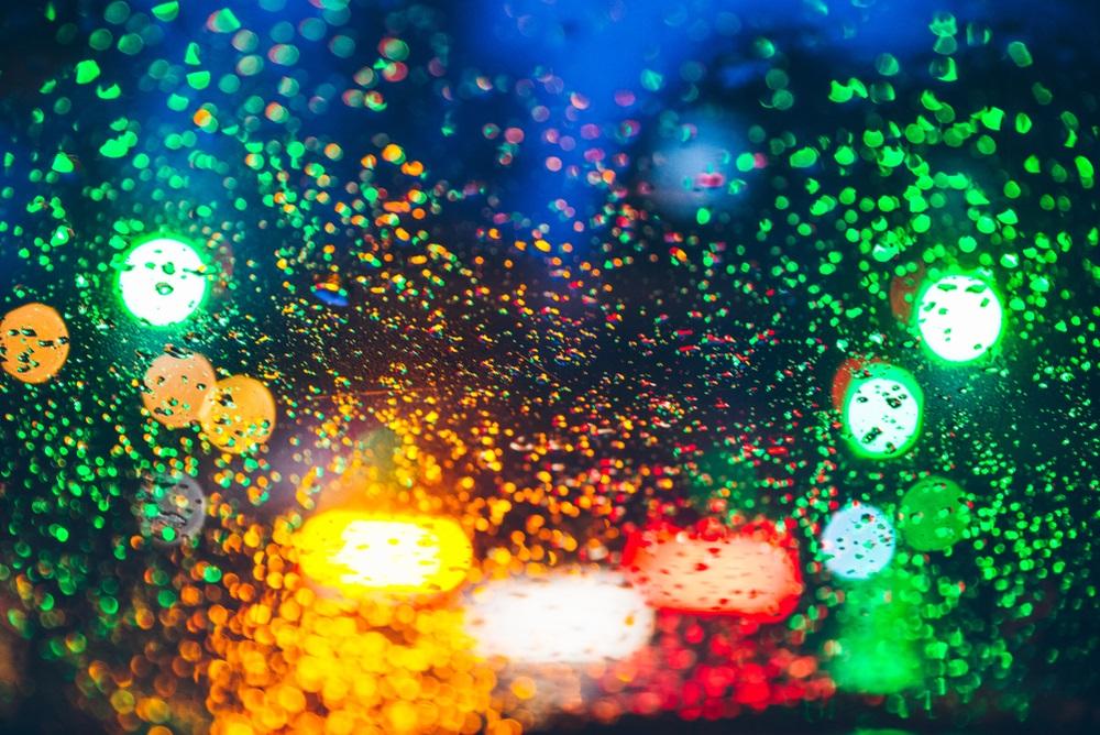 Ploua noaptea in oras: 16 Imagini nocturne feerice cu ploaia si luminile orasului: Picaturi psihedelice: Imagine blurata si colorata surprinsa prin geamul ud al masinii