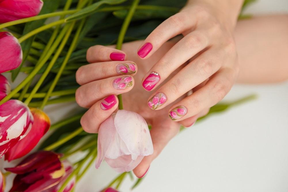 Manichiura inspirata de natura: Cele mai frumoase modele de unghii: Lalele pestrite si in natura, si pe unghiute