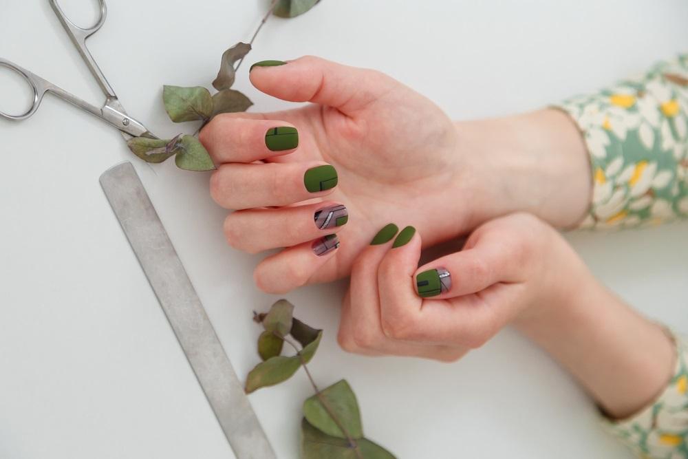 Manichiura inspirata de natura: Cele mai frumoase modele de unghii: Unghiute geometrice, cu verde dark inspirat de frunzele eucaliptului