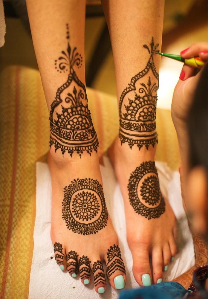 Inspiratie de vara din arta Mehndi: Cele mai frumoase modele decorative de henna pe picioare: Model decorativ avand ca element central simbolul soarelui