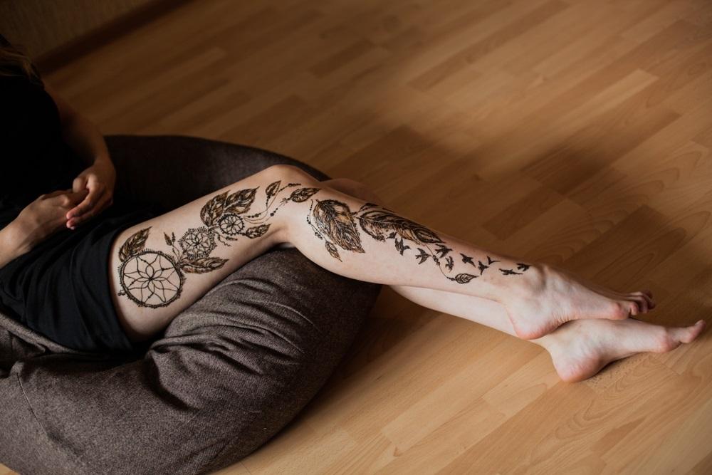 Inspiratie de vara din arta Mehndi: Cele mai frumoase modele decorative de henna pe picioare: Model decorativ de henna in stil rusesc, desenand pe piele un prinzator de vise si pene