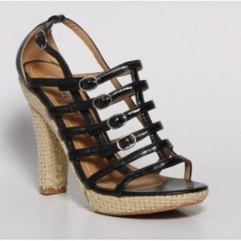 Moda accesibila: 21 de piese vestimentare si accesorii ieftine, sub 100 de RON: Sandale cu barete negre