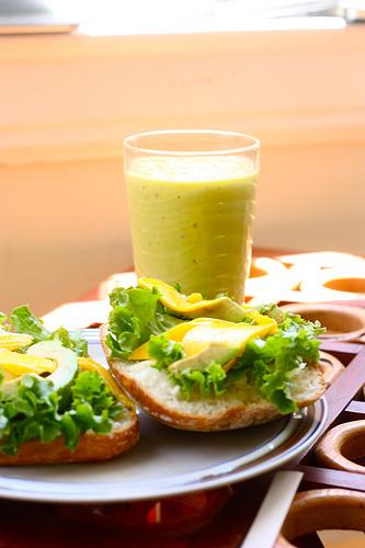 3 bauturi racoroase de vara: Smoothie de avocado