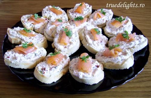 5 idei delicioase de aperitive pentru masa de Revelion: Tartine cu somon afumat si crema de branza
