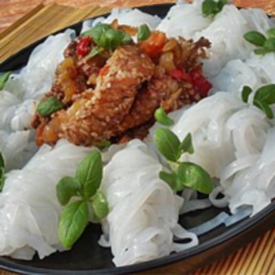 Mancare chinezeascsa: 5 retete aromate: Piept de pui cu susan si taitei de orez